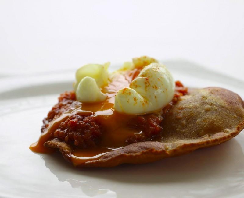 Torto, salsa de tomate y huevo.